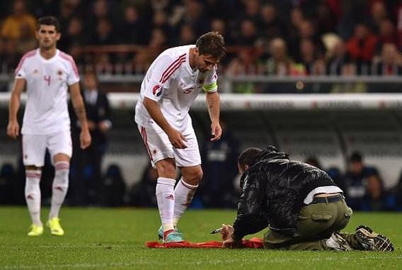 Rooney 'stapje dichter bij voetbalpensioen', opnieuw Albanees vlaggenincident