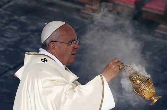 Paus verklaart twee Indiërs en vier Italianen heilig