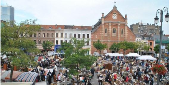 Brusselaars en toeristen weten dat ze op het Vossenplein koopjes kunnen doen.