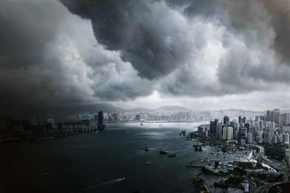 Onheilspellende wolken doemen op boven Hongkong, de voorbode van een zware storm.