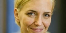 Belgisch model Hannelore Knuts verwelkomt zoontje