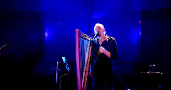 Alan Stivell zong in de kerk van Boezinge twee uur liederen in het Bretoens, Engels en Frans, en kreeg er een staande ovatie.