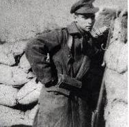 De Brusselse soldaat René Deckers moet als een reptiel in de modder kruipen om het artillerievuur te overleven in de Westhoek.