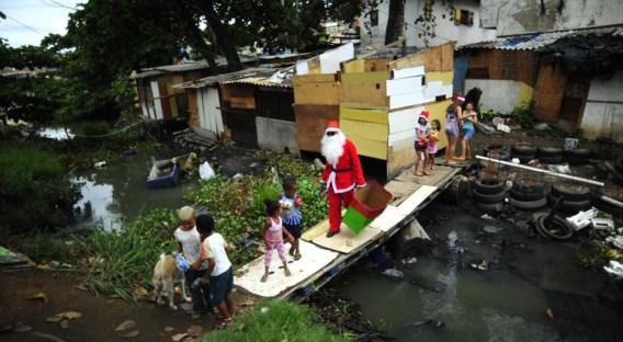 De Kerstman bezoekt een 'favella' in Rio. Veel Brazilianen vinden de overheid minder vrijgevig voor sociale voorzieningen.