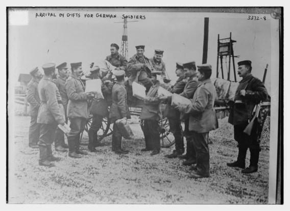 Duitse soldaten ontvangen hun kerstgeschenk.