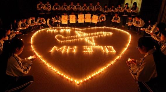 Een rouwceremonie voor de Chinese slachtoffers van vlucht MH370 op een schoolplein in Zhuji.