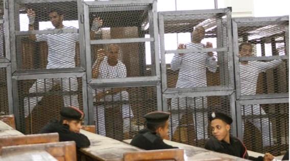 Drie journalisten van Al-Jazeera werden voor 'terrorisme' veroordeeld. De zender is opgejaagd wild in Egypte, omdat hij de verboden Moslimbroederschap een stem zou geven.