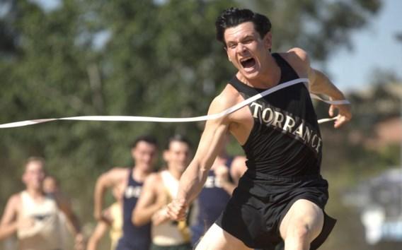 Jack O'Connell speelt Louis Zamperini, een Amerikaanse kwajongen die sterk presteerde op de Olympische Spelen in Hitlers Berlijn.