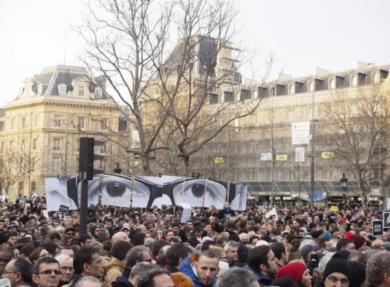 In Parijs kwamen 1,3 tot 1,6 miljoen mensen op straat. Enkele onder hen eerden Charb, de hoofdredacteur van Charlie, met een afbeelding