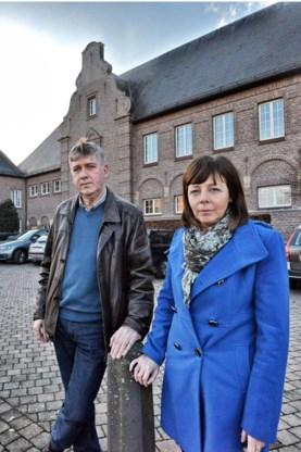 Fonny Anthonissen en Noëlla Vranken bij het hoofdgebouw.