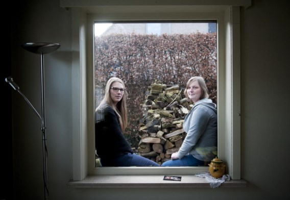 Zussen Ruth (links) en Sien kampen met vermoeidheid en gewrichtspijnen.