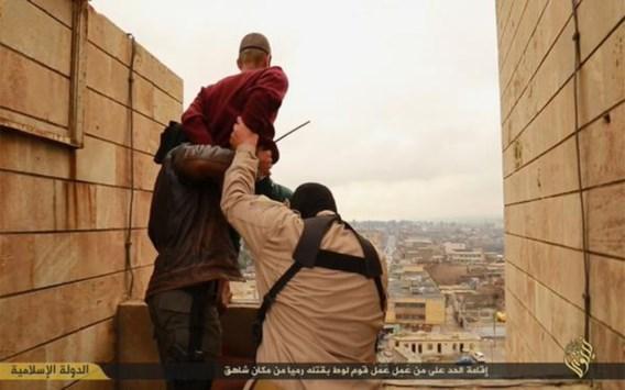 IS gooit homo's van gebouw