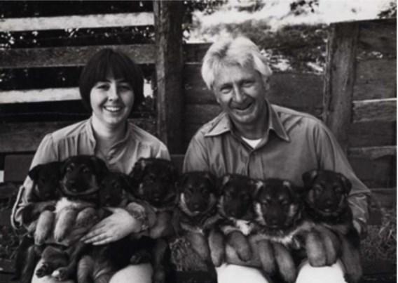 Art Rogers nam deze foto van een echtpaar met hun armen vol puppies.