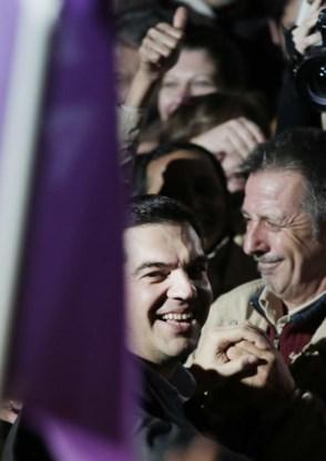 Alexis Tsipras duikt in de feest vierende menigte.