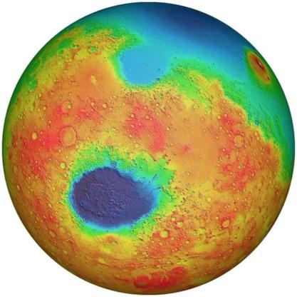 De zuidpool van Mars ligt net onder de donkerblauwe vlek, de 9 km diepe inslagkrater Hellas.