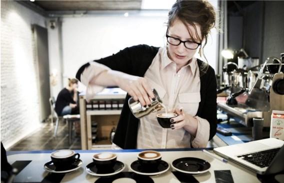 Een professioneel geserveerde koffie van een vriendelijke barista, daar kan geen automaat tegen op.