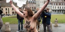 IN BEELD. Femen-activistes bespringen auto DSK