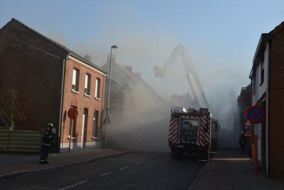 Brand vernielt drie woningen in Essen
