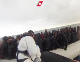 Mensensmokkelaars bedreigen Italiaanse kustwacht