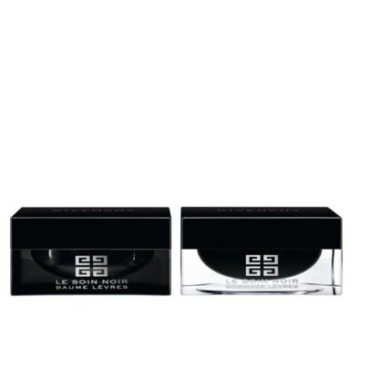 Givenchy, Le Soin Noir Rituel Lèvres, € 85Duoproduct. De lippenscrub met suikerkorreltjes is een eerste verzorging, de balsem voedt de lippen dankzij een anti-agingformule met zwarte algen.