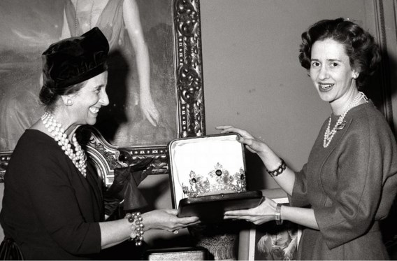 De vrouw van Franco overhandigt Fabiola een huwelijksgeschenk, op 5 december 1960 in Madrid.