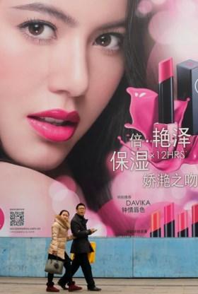 Reclame voor westerse luxegoederen in een winkelstraat in Shanghai.