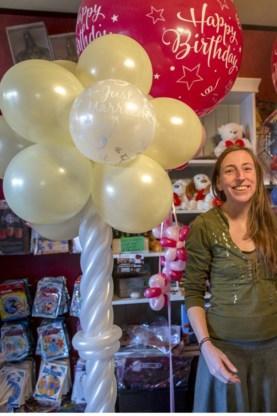 Sofie Aben naast een ballonzuil.