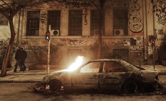 Een brandende auto in de straten van Athene na rellen, donderdagnacht, aangestookt door ontgoochelde Syriza-aanhangers.