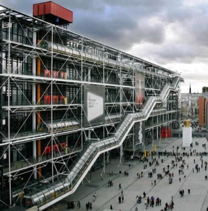 'La coiffeuse' van Picasso (links): terug van veertien jaar weggeweest en op de terugweg naar de plaats waar het hoort: het Centre Pompidou in Parijs (rechts).