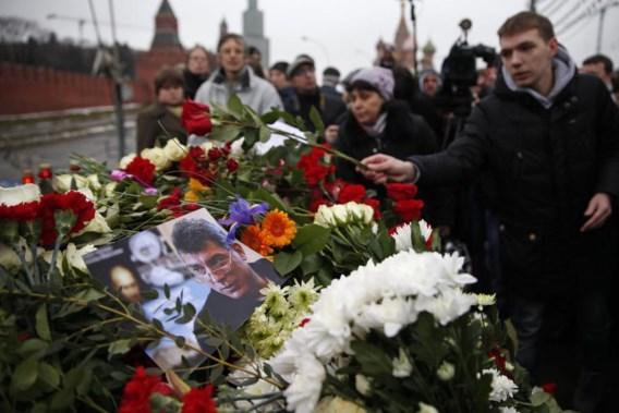 De plek van de moord is gemarkeerd door een imposante berg bloemen. 'Wij zijn allen Nemtsov', heeft iemand op een briefje geschreven.