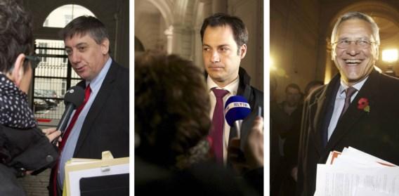 Pas na een lange dag onderhandelen hadden Jan Jambon (N-VA), Kris Peeters (CD&V) en Alexander De Croo (Open VLD) hun antwoord klaar op het sociaal akkoord over de bruggepensioneerden.