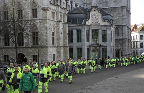 Na de optocht vanuit de Proeftuinstraat ontmoetten de werkmannen schepen Tine Heyse aan het stadhuis.