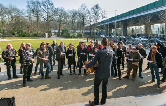 Volkszanger Wim Claeys stak zaterdag de actiegroep een hart onder de riem met zijn ViaduKaduk-lied.