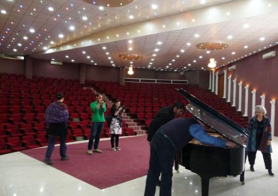 Links: de ontdekking van de concertvleugel in 2013. Rechts: de piano bleef onbeschadigd, maar de concertzaal was er na de bombardementen op Gaza vorig jaar slecht aan toe.