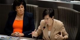 Vlaamse regering snoeit in medewerkers van ex-ministers