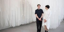 Zien: kledinglabel COS creëert oase van rust met witte grot