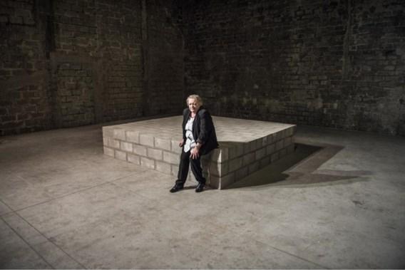 Viviane De Muynck op de scène: een bunker van grijze zelfbouwstenen. Alle gordijnen zijn weggehaald en zelfs de achterpoortjes van Malpertuis zijn dichtgemetseld.