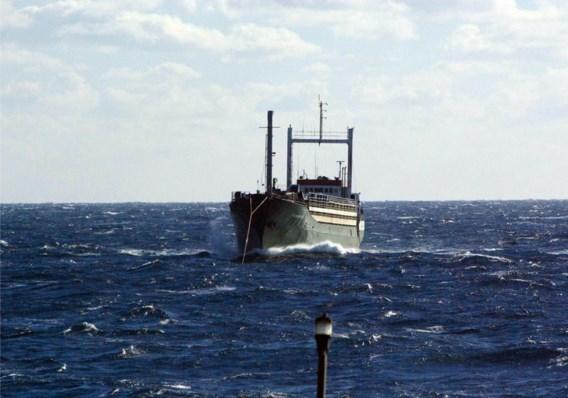 Een vrachtschip met 450 migranten aan boord werd begin januari zonder brandstof in de steek gelaten door mensensmokkelaars.