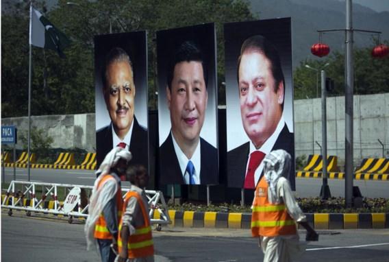 Op welkomstposters in Islamabad wordt de Chinese president Xi geflankeerd door zijn Pakistaanse collega Mamnoon Hussein (l.) en de Pakistaanse premier Nawaz Sharif.