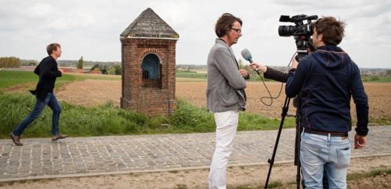 Kris Martin (l.) en Jan Hoet Junior bij het veldkapelletje met een sculptuur van Michaël Borremans.