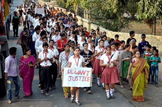 Meisje in India door aanranders van bus gegooid en overleden