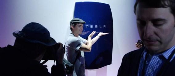 De thuisbatterij van Tesla ziet eruit als een soort verwarmingsketel en kan bijvoorbeeld in een garage worden opgehangen.