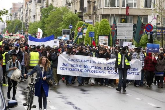 1.000 mensen stappen mee in mars voor sans-papiers
