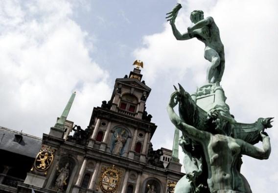 Het stadhuis en het standbeeld van Brabo zijn klassieke toeristische trekpleisters van de stad Antwerpen.