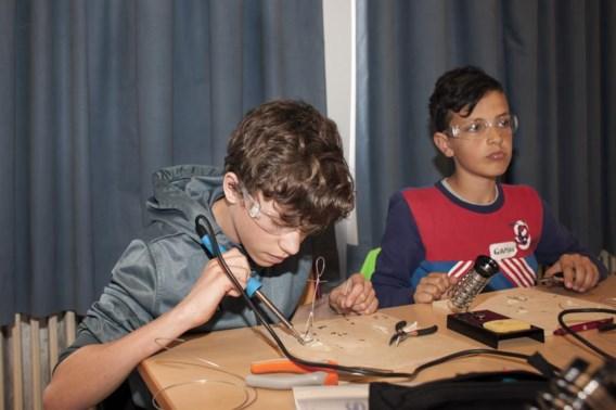 Een les solderen. De kinderen die zich hebben ingeschreven voor de nieuwe STEM-campus in Antwerpen, kregen gisteren al een voorproefje in het Lyceum Meir.