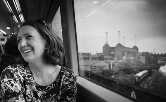 De Engelse journaliste en auteur Paula Hawkins in de trein, waar ze ook haar verhaal laat afspelen.