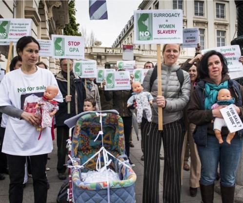 Protest voor de 'draagmoederbeurs'. Twee mannen mogen wel trouwen, maar samen kinderen opvoeden blijkt nog een brug te ver.