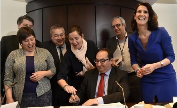 Het aasgieren-wetsvoorstel van Luk Van Biesen (Open VLD, derde van links) en Ahmed Laaouej (PS) werd ondertekend door meerderheid en oppositie.