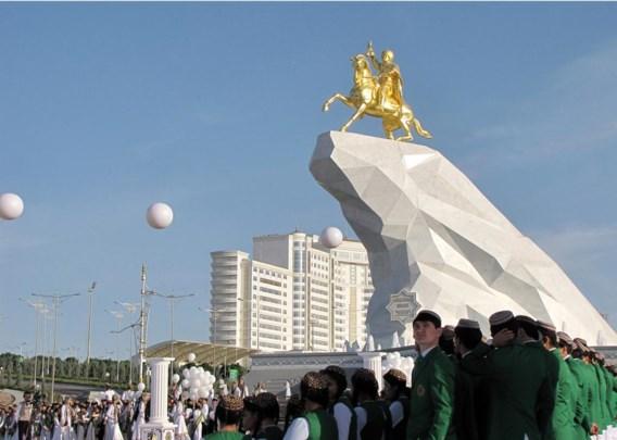 De president van Turkmenistan, Goerbangoeli Berdimoechamedov (57), heeft een eerste standbeeld van zichzelf onthuld. Het is een marmeren rots van 20 meter hoog, met daarop, in bladgoud, de president gezeten op een steigerende Akhal-Teke hengst. Het gesloten Turkmenistan vereert zijn leider, van opleiding een tandarts, als een halfgod. Zijn volk noemt hem Arkadag (de Chef). Bij de vorige verkiezingen, in 2012, werd hij met 97 % van de stemmen herkozen. Hoewel zijn beeltenis overal in het land opduikt op billboards en portretten, is dit het eerste standbeeld van Berdimoecha-medov. Daarmee doet hij het veel bescheidener dan zijn voorganger Saparmurat Niyazov, die in 2006 plots overleed. Het hele land is bezaaid met beelden van 'de Vader der Turkmenen', met als uitschieter een gouden standbeeld van 12 meter op een 95 meter hoge toren.