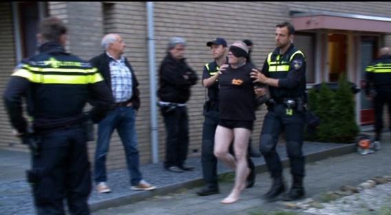 Behalve Harrie Ramakers, voorzitter van de MC Bandidos, hier geblinddoekt, werden nog 18 mannen en één vrouw opgepakt.